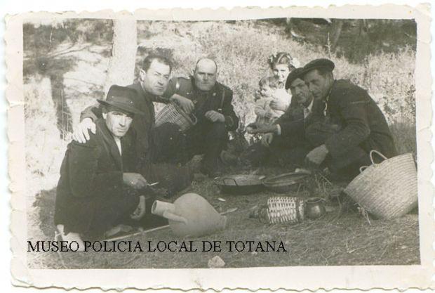 Juan Lorca Molina  (El Kico) con El Cabrera en la Santa durante una romeria