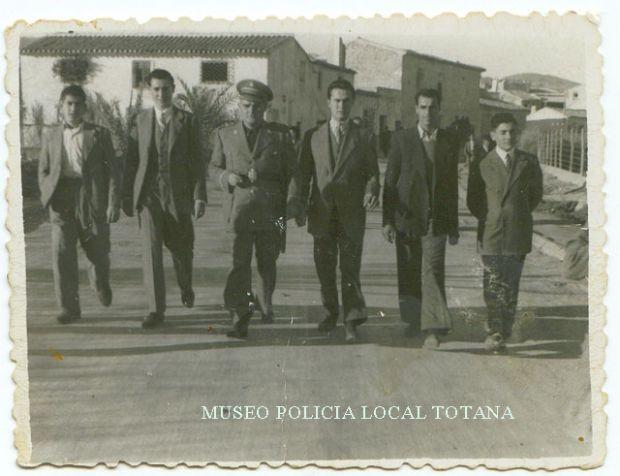 Juan Lorca Molina  (El Kico) con unos amigos (¿de que calle se trata?