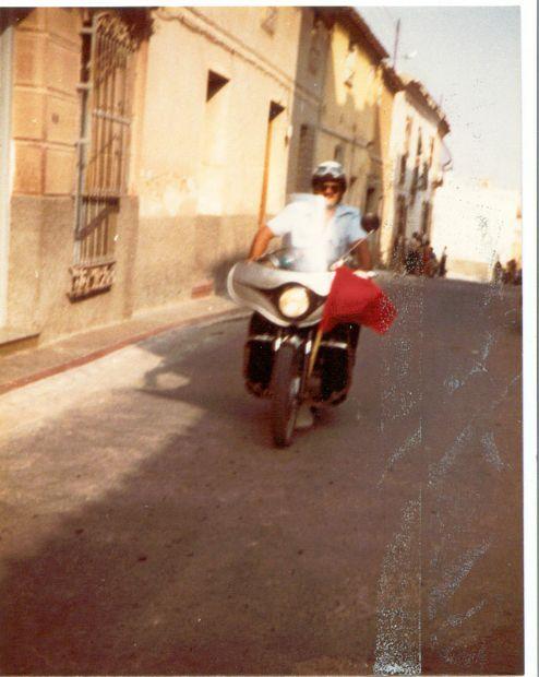 Calle Mayor Sevilla, apoyo a prueba ciclista con Moto Ducati 250 cc.