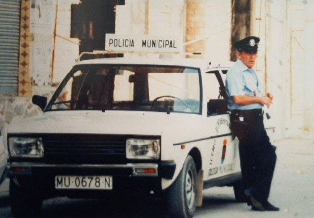 Compañero Torregrosa con vehiculo patrulla